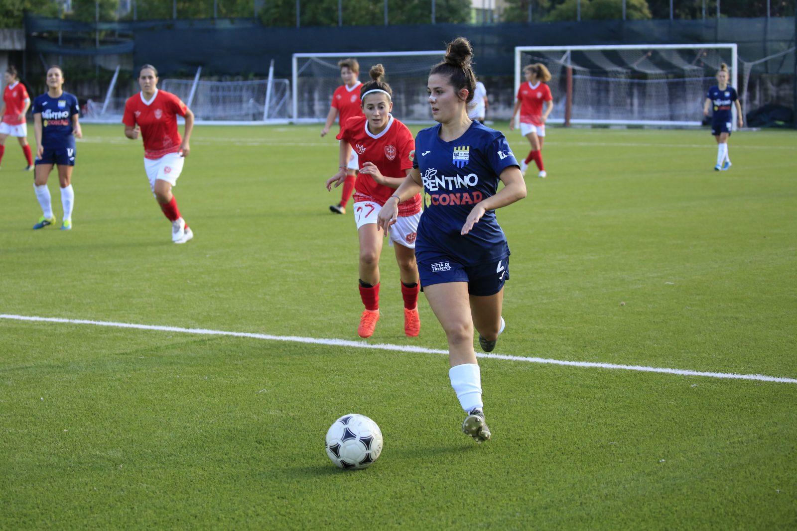 Martina Varrone in azione sul campo del Trento Calcio Femminile nel match contro la Triestina femminile