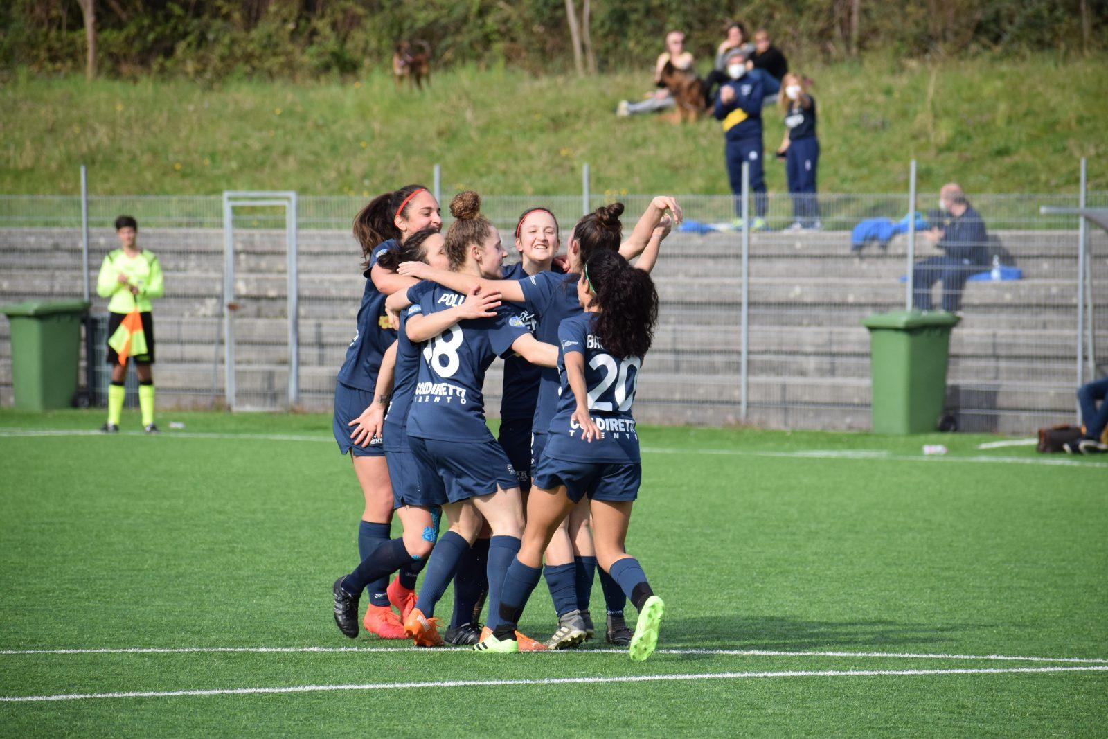 Le ragazze del Trento Calcio Femminile esultano dopo il gol segnato contro la Triestina