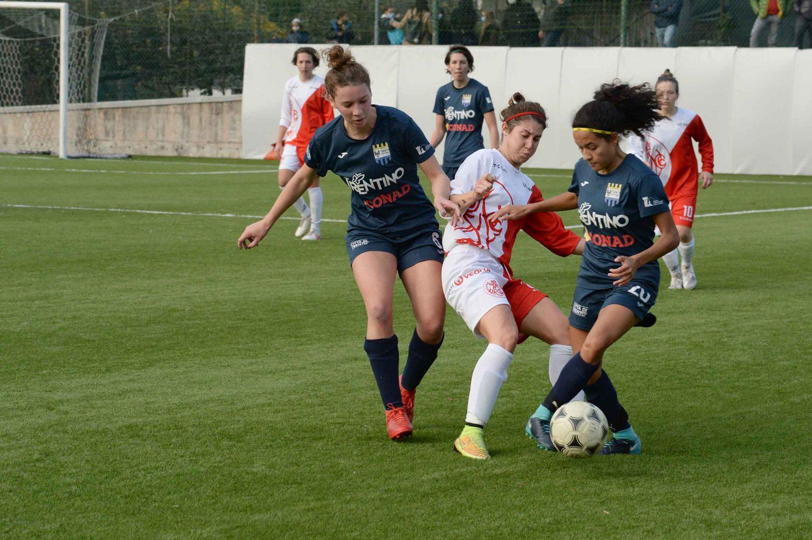 Il Trento Calcio Femminile in azione nel derby di andata contro l'Isera